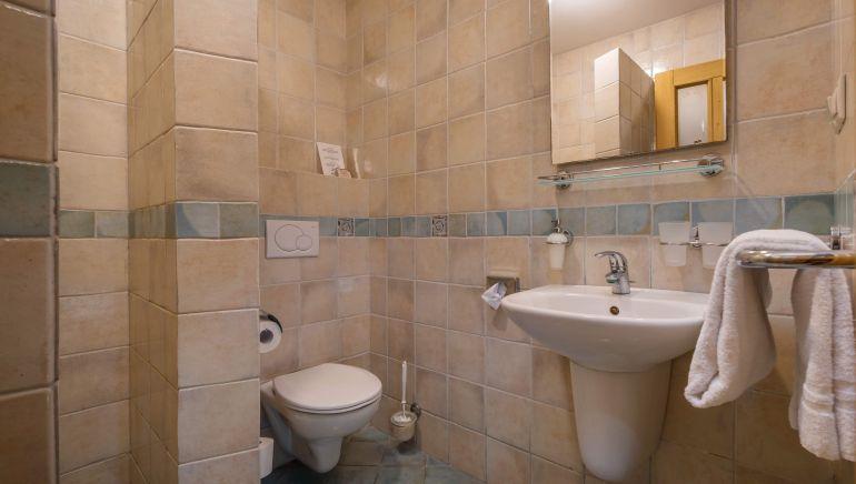 kúpeľňa č. 3, trojlôžková izba, sprchový kút