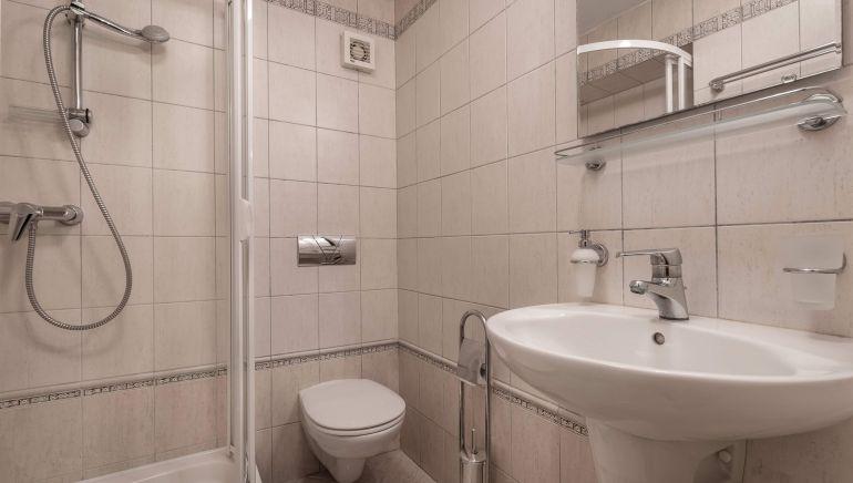 apartmán 1, kúpeľňa so sprchovým kútom, WC